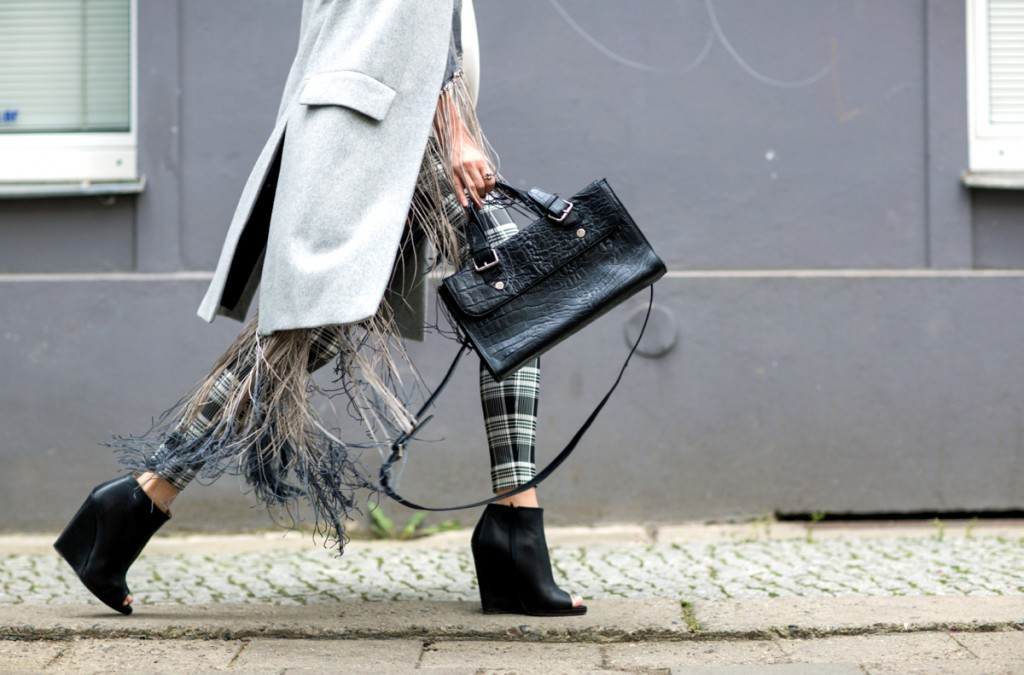 Mixing trends: print, fringe & long vest
